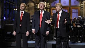 Donald Trump participe à un sketch satirique de l'émission <em>Saturday Night Live</em> avec Taran Killam et Darrell Hammond, sur le réseau NBC le 6 novembre 2015.