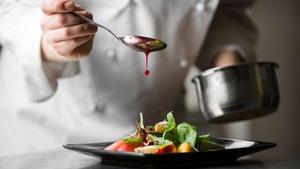 Une cuillerée de sauce est déposée sur un plat
