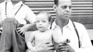 Le bambin à gauche est Serge Bouchard, dans les bras de son papa.