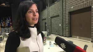 Sheila Risbud donne une entrevue à Radio-Canada dans la salle de l'assemblée générale annuelle.