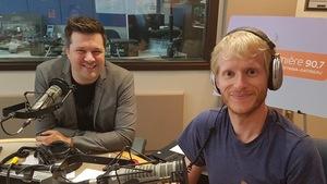 Les deux intervenants dans le studio de Sur le vif à Ottawa