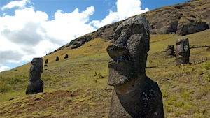 statues de pierre sur l'ile de paques