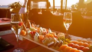 Deux verres de vin accompagnent les sushis.