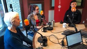 Trois femmes sont assises dans les studios de Radio-Canada en Abitibi-Témiscamingue.