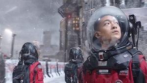 un homme est habillé comme un astronaute dans un décor hivernal.