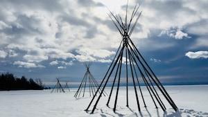 On voit la structure d'un tipi autochtone à Gesgapegiag durant l'hiver