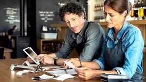 Un homme et une femme calculent dans leur restaurant.