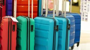 Gros plan sur des valises, de toutes les tailles et de toutes les couleurs.