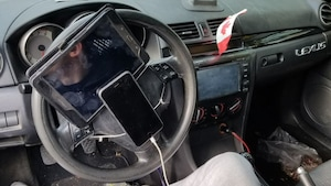 Téléphone cellulaire et une tablette numérique sont attachés sur un volant.