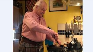 Rory Sinclair ouvre son haggis à l'aide de son couteau