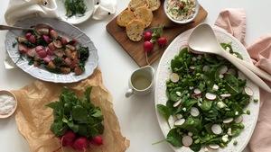 Vue plongée d'un plat de radis rôtis, du beurre de radis, une salade de radis et une botte de radis.