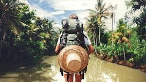 Une touriste vue de dos qui admire un paysage