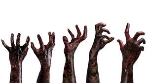 Des mains ensanglantées de zombies. Le zombie existe bel et bien.