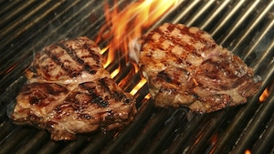 Un steak sur un barbecue