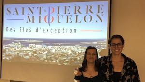 Deux femmes posent devant un écran projetant leur court métrage documentaire.