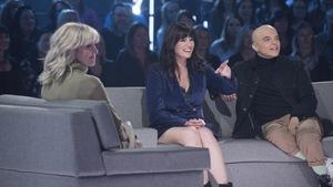Les deux invités regardent la scène devant eux.