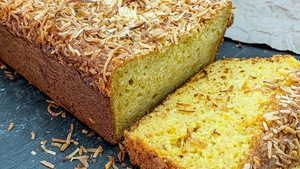 Une tranche coupée du cake à la courge, noix de coco et cari d'Émilie Rizzetto.