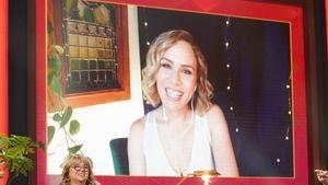 Une femme aux cheveux blonds qui apparaît sur un écran.
