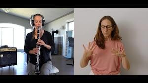 Une femme joue de la clarinette.