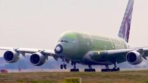 Gros plan sur un avion.