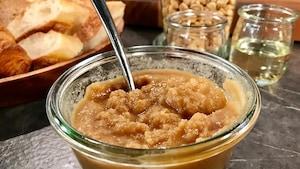 Le beurre d'arachide est dans un bol transparent