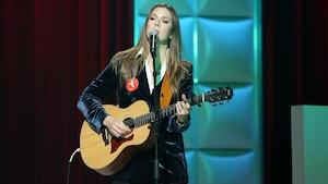 Beyries chante en s'accompagnant à la guitare.
