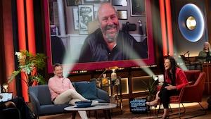 Jean-Marc Parent, sur grand écran, discute avec Patrick Groulx et Rosalie Taillefer-Simard.