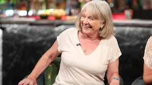 En entrevue, Micheline Lanctôt rit, assise sur le fauteuil du plateau de Bonsoir bonsoir.