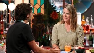 Portrait alors qu'elle discute avec l'animateur au bar du plateau.