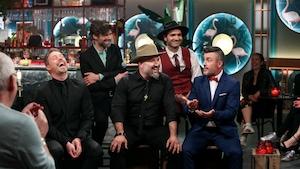 Les cinq musiciens sont assis et discutent avec l'animateur.