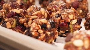 Elles sont composées de raisins secs, de miel, de graines de lin et de chia, de beurre d'arachide, de graines de citrouille et de chocolat.