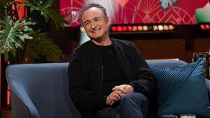Un homme qui sourit. Il porte un blouson noir.
