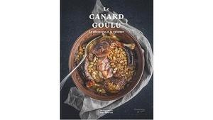 En couverture, un plat de canard, haricots et saucisses.