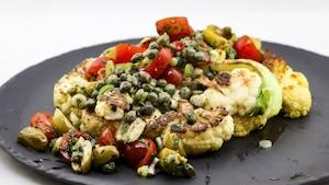 Chou-fleur avec une montagne de câpres, tomates, olives.