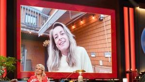 Une femme aux cheveux blonds. Elle apparaît dans un écran.