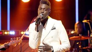 Le chanteur sur le plateau du Beau dimanche.
