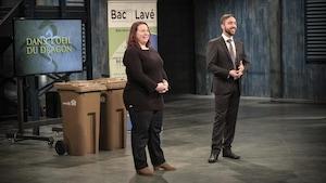 Devant deux gros bac de recyclage à roulettes, les deux entrepreneurs font leur présentation.
