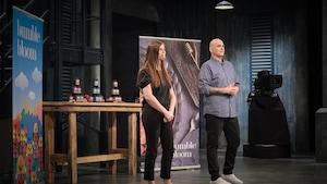 Frédéric Boucher et Géraldine L'Hour présentent l'entreprise Bumble bloom aux dragons.