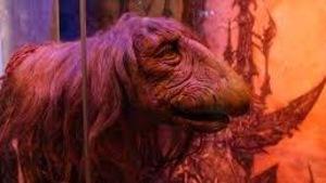 Une créature étrange sous une lumière rose orange