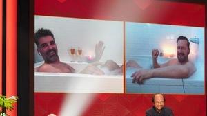 Deux hommes dans un bain.