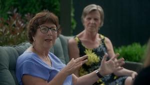 Deux femmes assises.