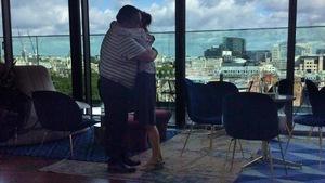 Deux personnes s'enlacent devant une vue panoramique de la ville de Londres.