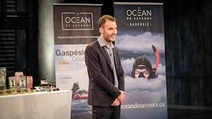 Le jeune homme présente ses produits de la mer aux dragons.