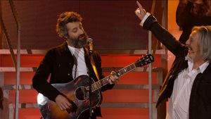 Les deux chanteurs partagent la scène.