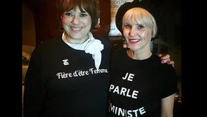 Les deux femmes portes un t-shirt avec des message féministes : Fière d'être femme / Je parle féministe.