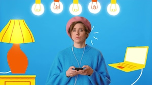 L'animatrice Ève Landry écoute un animateur de nouvelles sur son téléphone dans un univers animé axé sur le bleu.