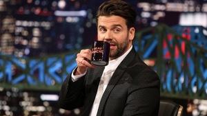 Il porte la tasse de l'émission Le beau dimanche à ses lèvres