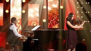 Gregory Charles au piano accompagne Katie Purcell qui joue de l'alto.