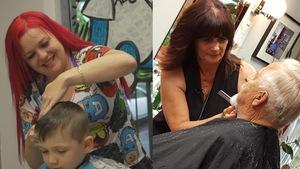 Deux coiffeuses en action : l'une coupe les cheveux d'un petit garçon et l'autre les cheveux d'un homme