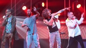 Cinq membres du groupe Alaclair Ensemble sont en prestation sur le plateau du Beau dimanche.